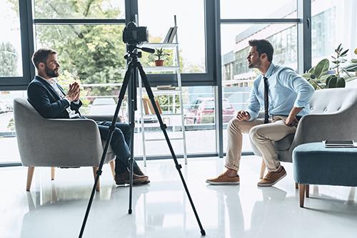 仕事内容や職場の雰囲気を伝える営業職のインタビュー動画